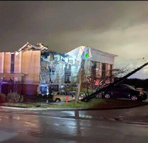 1 muerto, al menos 17 heridos tras tornado en Alabama