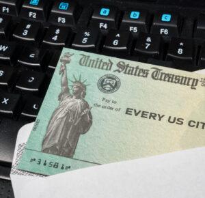 Biden dice que los estadounidenses comenzarán a recibir pagos directos este mes