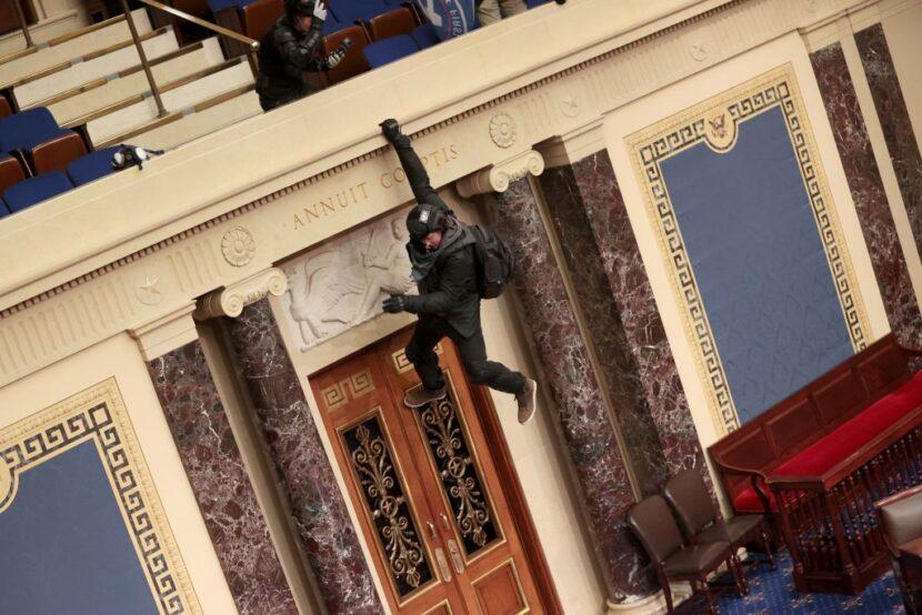 'Me atrapó el momento': un hombre colgado del balcón del Senado pide perdón