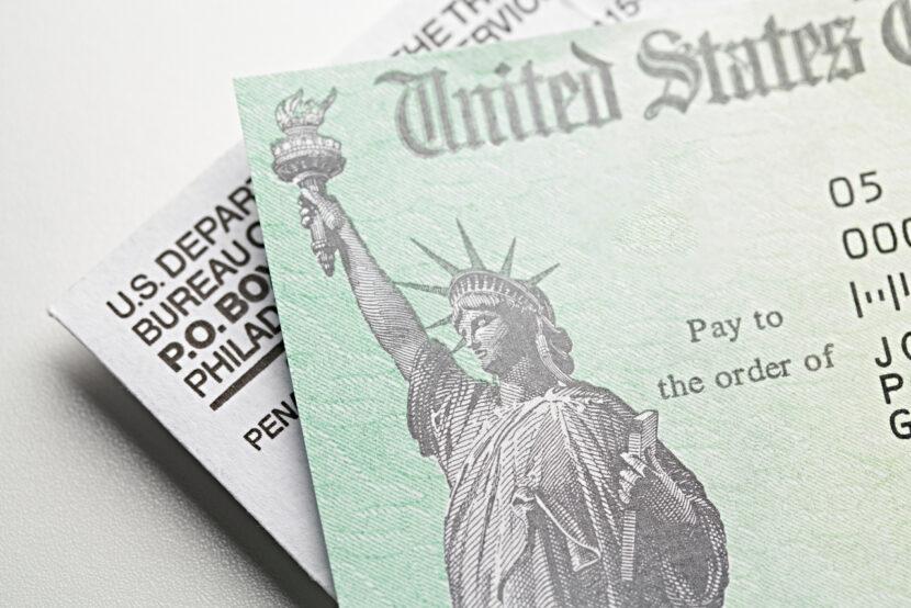 A pesar de la advertencia del IRS, los cheques de estímulo y las tarjetas de débito causan confusión
