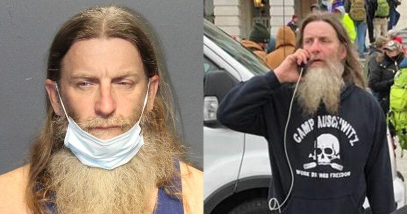 Arrestan a hombre que llevaba una sudadera de 'Camp Auschwitz' en el Capitolio