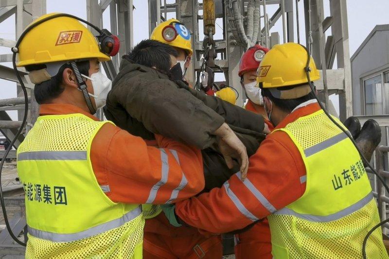 Atrapados durante 2 semanas, 11 trabajadores rescatados de la mina de oro de China