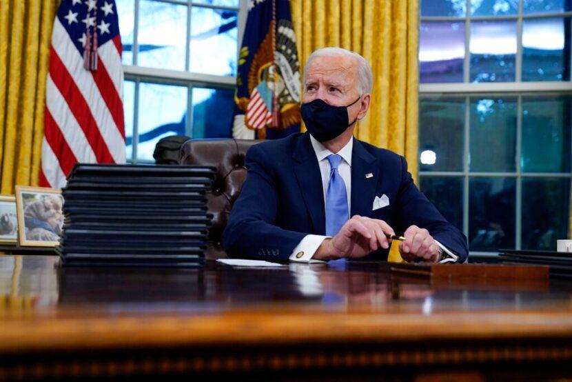 Biden deshace las políticas de Trump sobre el clima y el virus con órdenes ejecutivas