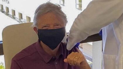 Bill Gates se vacuna contra el covid-19