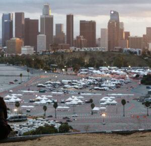 California levanta las órdenes de quedarse en casa por el virus, toque de queda en todo el estado
