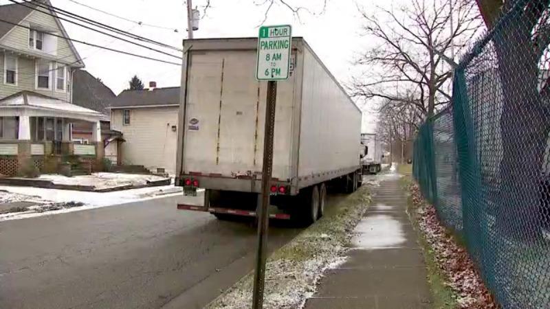 Camiones alineados para la oficina de correos causan daños en el vecindario de Akron