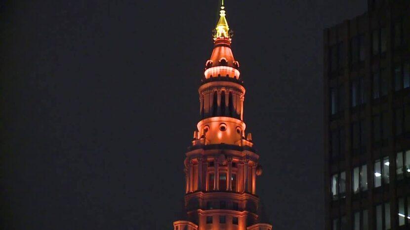 Cleveland se iluminó en naranja antes del partido de playoffs de los Browns en Pittsburgh