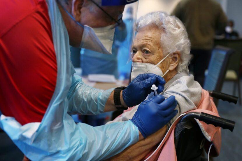 Después de la falla del congelador, las enfermeras se apresuran a entregar 1.300 vacunas COVID-19 a cualquier persona disponible