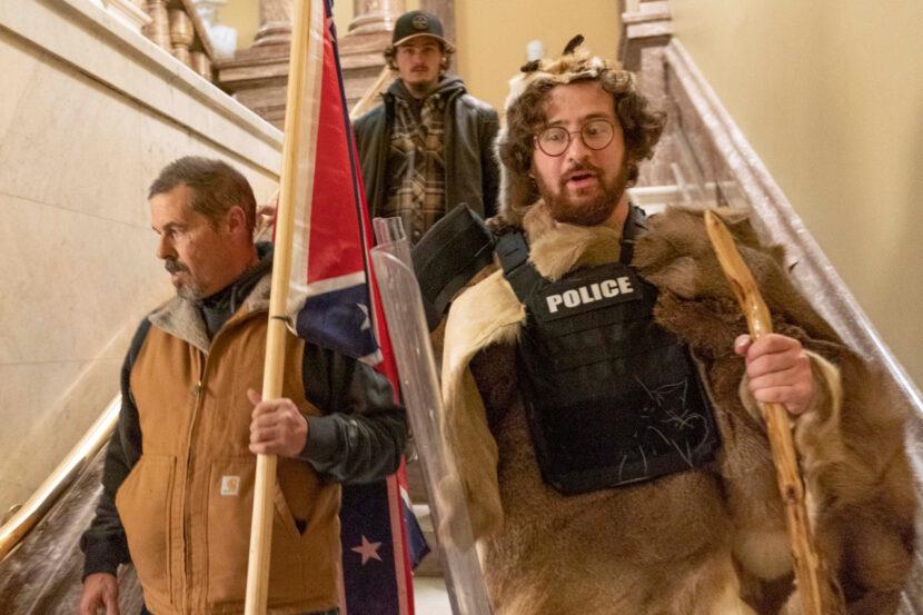 El FBI arresta a un hombre de Nueva York vestido de pieles por cargos de disturbios en el Capitolio