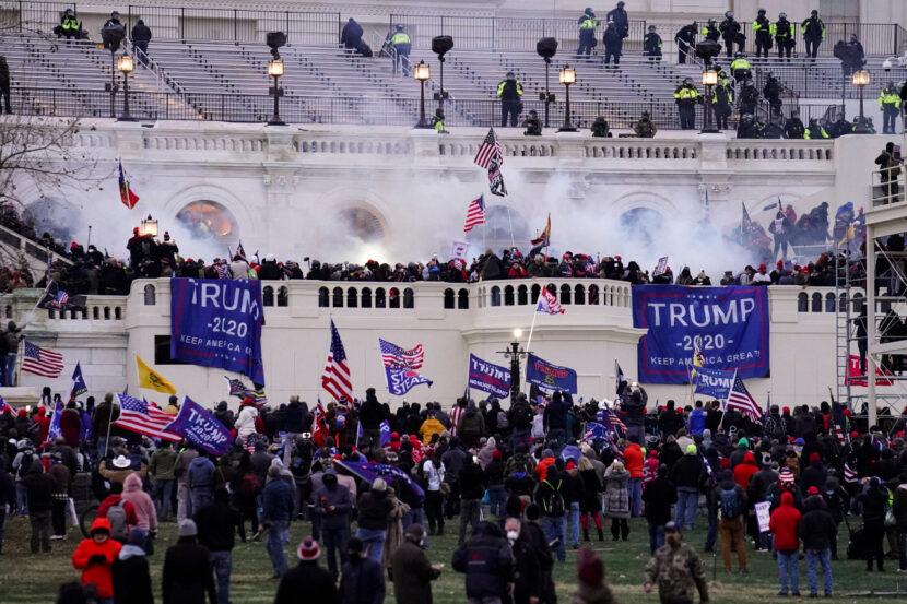 El FBI busca información del público sobre las protestas violentas en el Capitolio