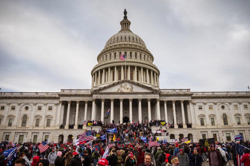 El congresista de Ohio Tim Ryan condena las protestas violentas en el Capitolio de los Estados Unidos y cuestiona las medidas de seguridad