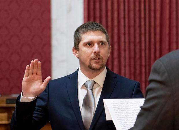 El delegado de WV Derrick Evans renuncia luego de ser acusado de asaltar el Capitolio de los EE. UU.