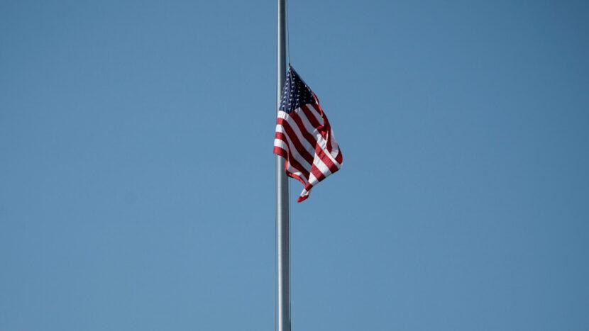 El gobernador de Ohio, Mike DeWine, ordena que las banderas ondeen a media asta para honrar a los oficiales del Capitolio y a todas las fuerzas del orden