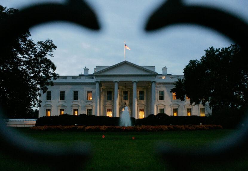 El secretario de prensa de la Casa Blanca ofrece información