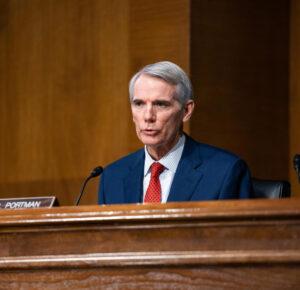 El senador Portman dice que no dimitirá antes de tiempo y califica las acciones de Trump antes de los disturbios como 'inexcusables'