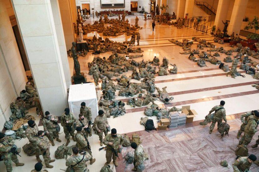 Fotos muestran a cientos de soldados de la Guardia Nacional en el Capitolio de EE. UU.