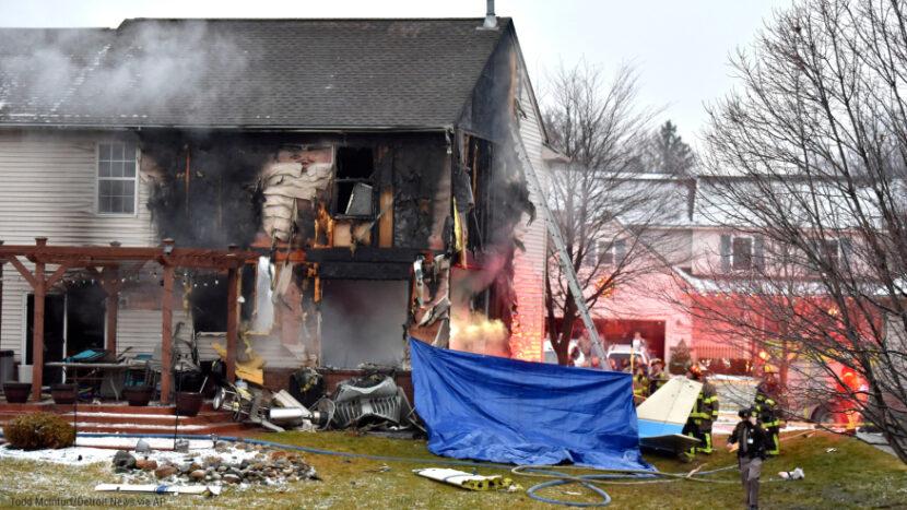Funcionarios que investigan después de que un avión pequeño se estrellara contra una casa y matara a una familia a bordo
