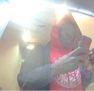 Hombre acusado después de supuestamente vender cheques de estímulo robados con la ayuda de un trabajador postal