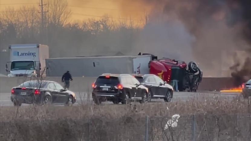 Hombre corre hacia un accidente y salva a un conductor en la autopista de Missouri