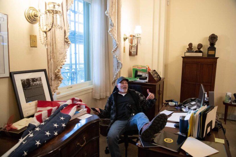 Hombre fotografiado en la oficina de Pelosi identificado como partidario de Trump en Arkansas