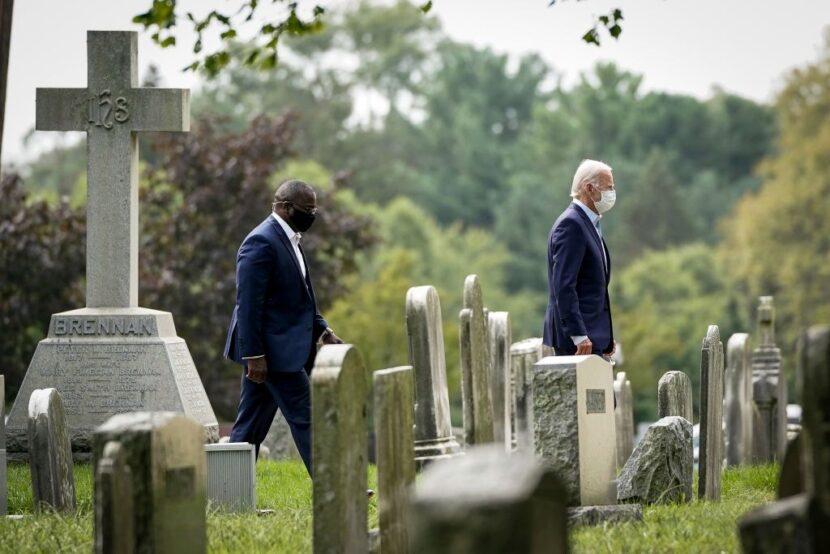 Hombre uniformado visto arrodillado ante la tumba de Beau Biden durante la inauguración