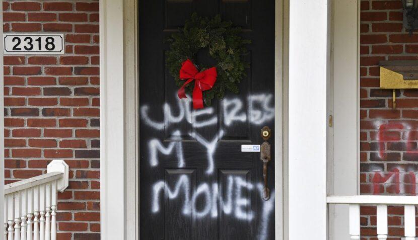 La casa de Mitch McConnell también fue objeto de actos de vandalismo, junto con la de Nancy Pelosi.