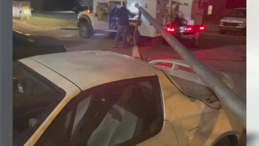 La farola cae sobre el coche del hombre; la ciudad se niega a pagar, dice que no es responsable
