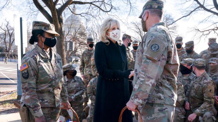 La primera dama Jill Biden entrega galletas a las tropas de la Guardia Nacional