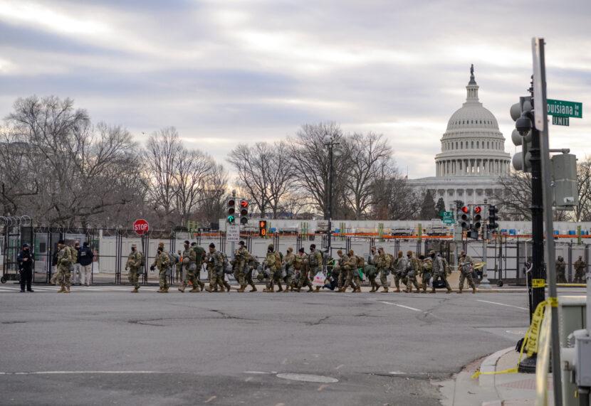 Legisladores indignados después de que tropas de la Guardia Nacional se vean obligadas a abandonar el Capitolio de Estados Unidos y dormir en un estacionamiento