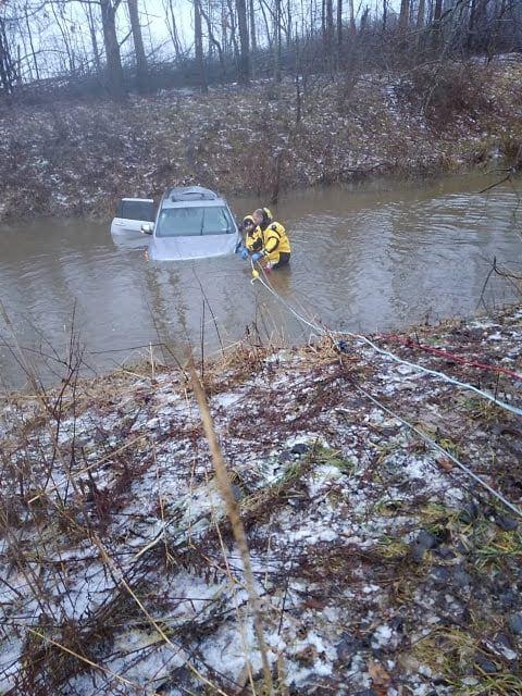 Los bomberos desafían el agua helada para recuperar el vehículo que se salió de la carretera en el condado de Ashtabula