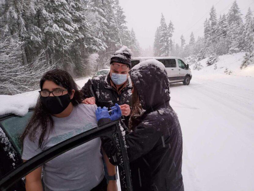 Los conductores atrapados en la nieve reciben vacunas que expiran pronto