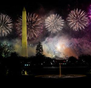 Los fuegos artificiales iluminan el cielo para celebrar la investidura del presidente Joe Biden