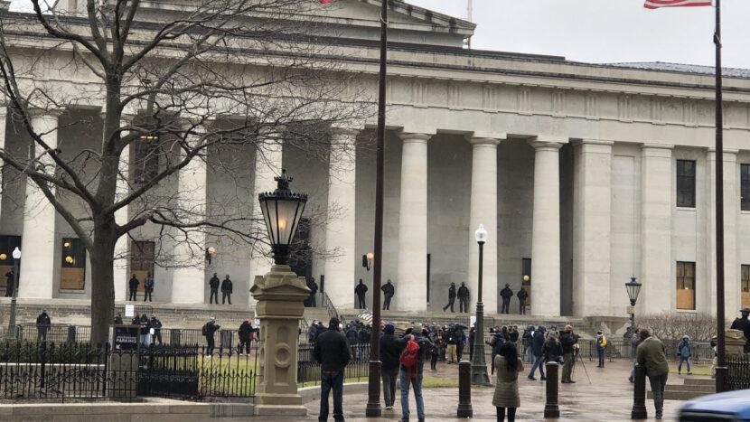 Los manifestantes comienzan a reunirse en el capitolio de Ohio