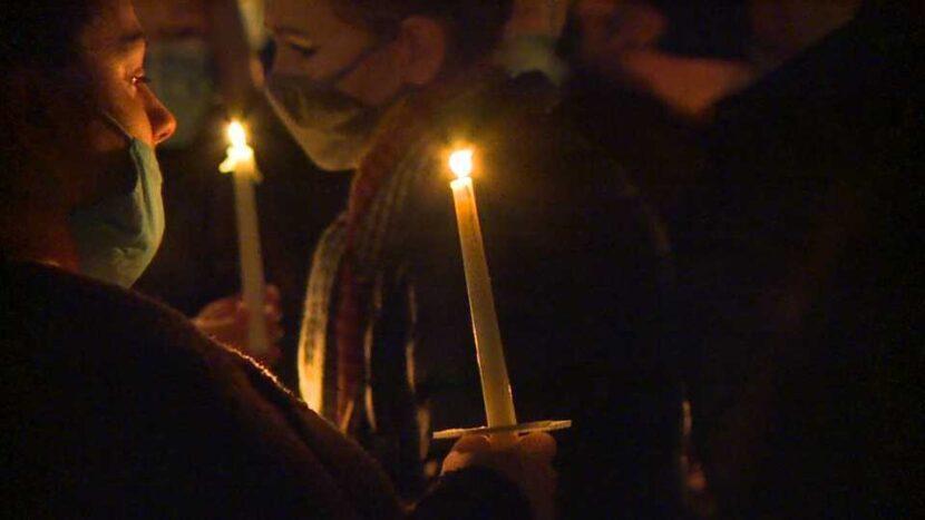 Más de 200 personas se reúnen para una vigilia con velas en honor a la madre y el hijo muertos en el incendio de la casa Warren