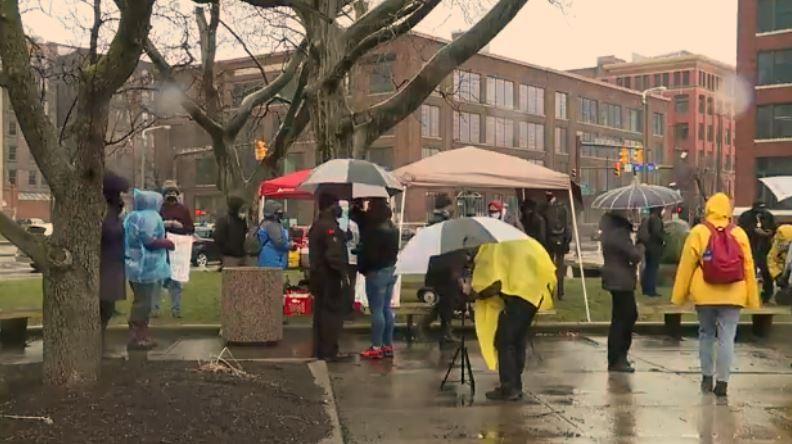 Madre de Tamir Rice, activistas locales realizan una manifestación para exigir que el Departamento de Justicia reabra su caso