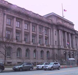 Hombre de Cleveland demanda a la ciudad tras ser arrestado recogiendo comestibles durante el toque de queda