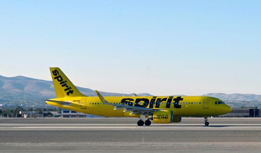 Mujer acusada de golpear a mamá en vuelo de Spirit por patear asientos de niños es acusada