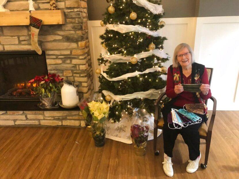 Mujer de 95 años de Ohio solo hace una pausa en la fabricación de mascarillas para recuperarse del COVID-19