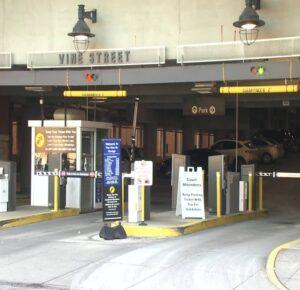 Mujer de Ohio atrapada fatalmente entre automóvil y máquina de estacionamiento