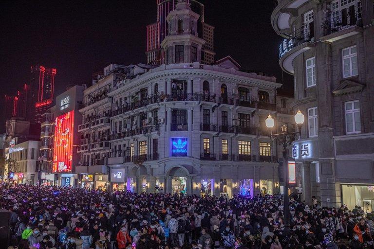 """Multitudes en las calles y discotecas abarrotadas: la fiesta de Wuhan tras el año de la pandemia que se inició en uno de sus """"mercados húmedos"""""""