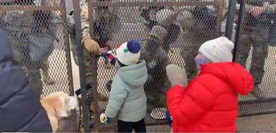 Niño de 4 años le da galletas a los miembros de la Guardia Nacional y recibe un parche de la bandera estadounidense a cambio