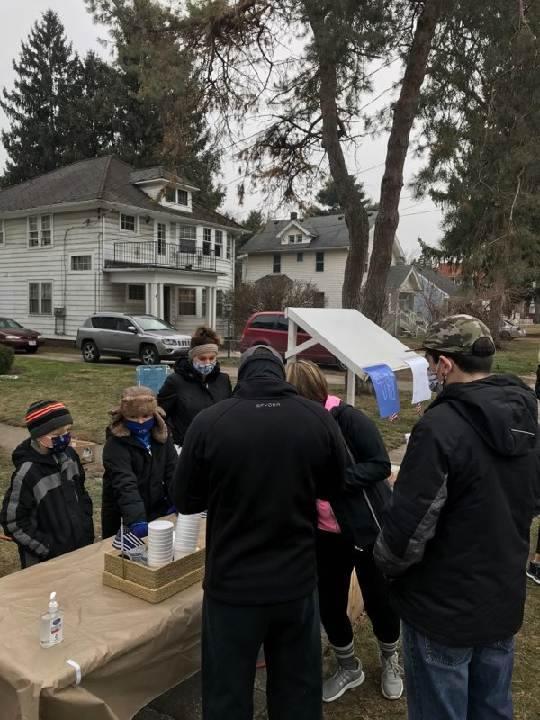 Niño de Toledo vende chocolate caliente para recaudar fondos para la familia del oficial caído