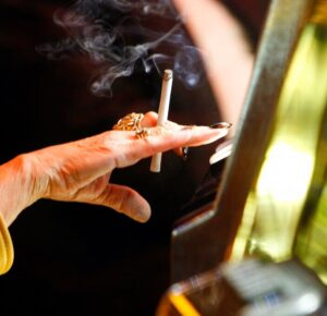 Nueva Jersey causa revuelo al hacer que los fumadores sean elegibles para la vacuna COVID