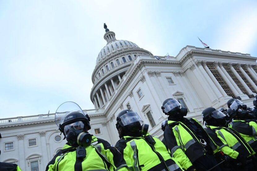 Oficial de policía del Capitolio de EE. UU. Muere tras las lesiones sufridas durante un motín