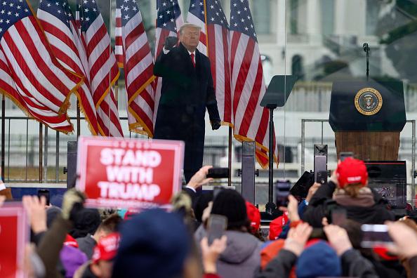 """Trump reconoce la derrota electoral, dice que habrá una """"transición ordenada"""" después de los disturbios mortales en el Capitolio de EE. UU."""
