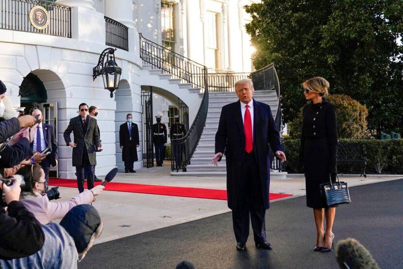 Trump sigue la tradición, deja nota de la Oficina Oval para Biden
