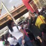 Usuarios del Metro orquestan protesta al ser dejados fuera de estación por inicio de toque de queda