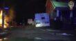 Video muestra a un soldado y oficiales salvan a un hombre en silla de ruedas de una casa en llamas