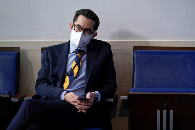 Ayudante de la Casa Blanca suspendido por amenazar a periodista