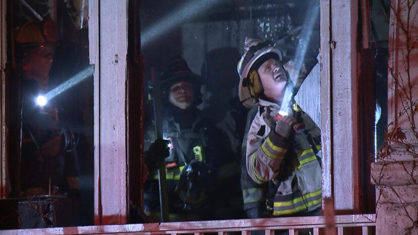 Bombero herido combatiendo llamas en casa de Cleveland